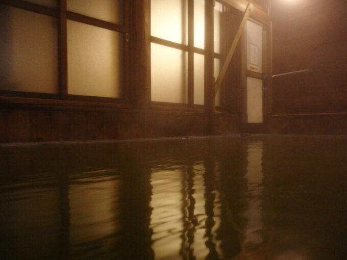 志賀高原熊の湯木造の風情溢れる夜の翠玉内湯