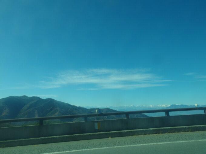 11月中旬長電バス白根火山線ループ橋から望む雪を頂く山並み