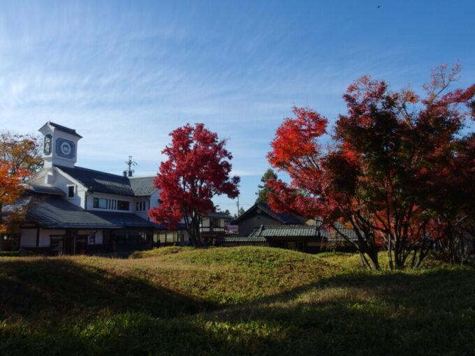 11月中旬の小布施天高い秋空と紅葉の競演