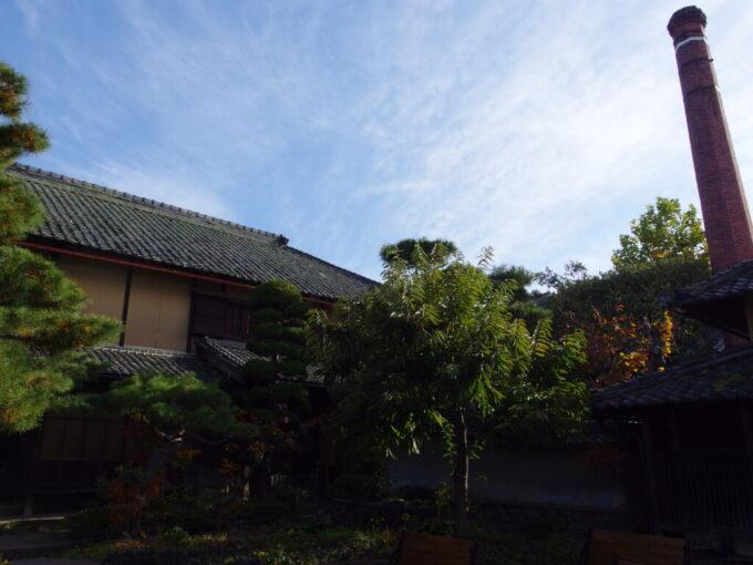 11月中旬の小布施風情豊かな庭とレンガ造りの煙突