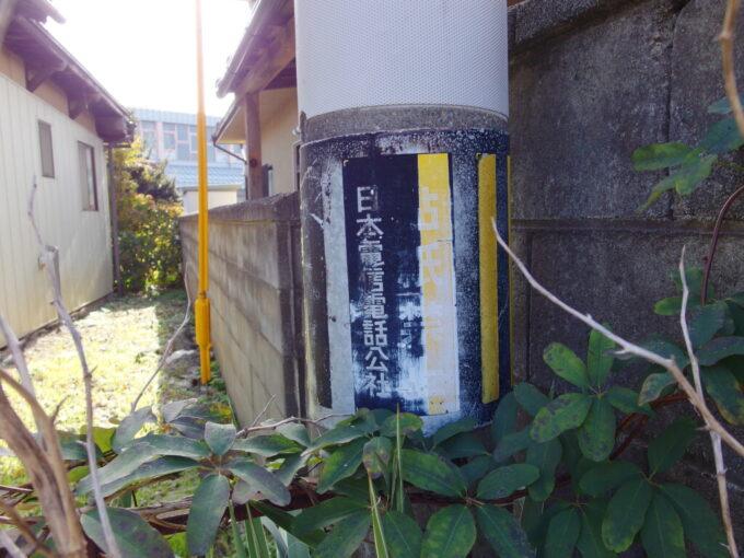 11月中旬の小布施電柱に残る電電公社の看板