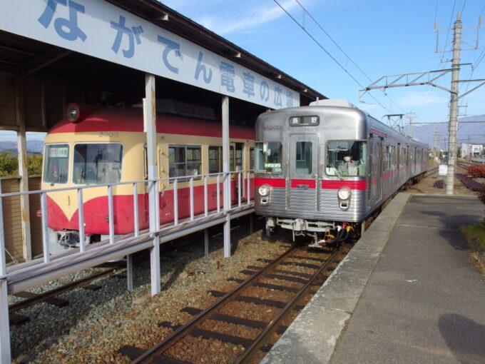 11月中旬小布施駅ホームで並ぶ特急2000系と普通3500系