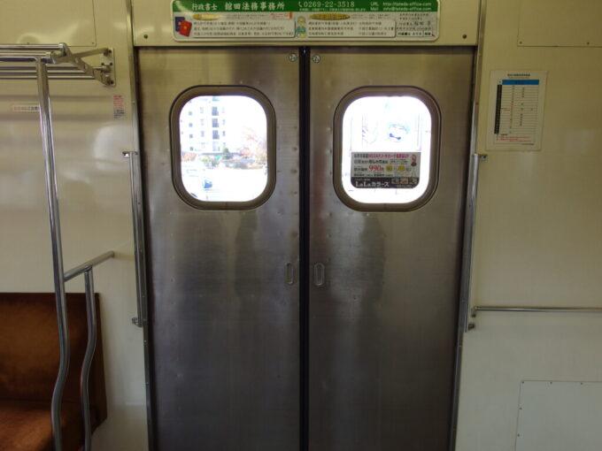長野電鉄3500系旧日比谷線営団独特の小さなドアの窓