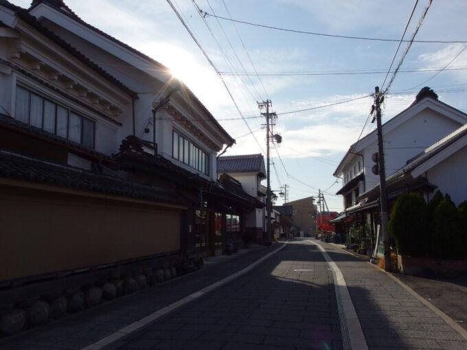 11月中旬の須坂秋日に輝く蔵の町並み