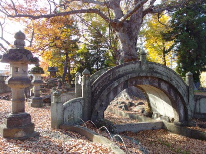 11月中旬の須坂墨坂神社芝宮の立派な石の太鼓橋