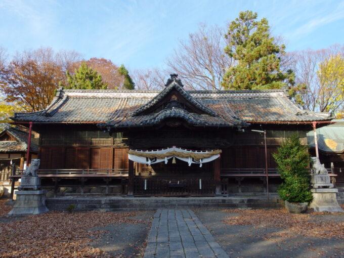 11月中旬の須坂秋色に染まる墨坂神社芝宮の拝殿
