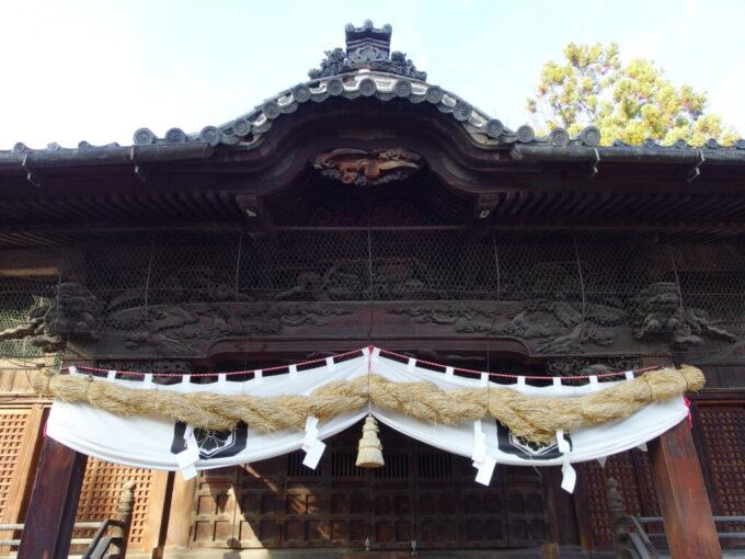 11月中旬の須坂荘厳な彫刻を施された墨坂神社芝宮の拝殿