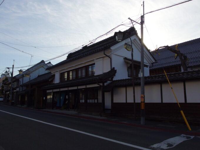 11月中旬の須坂蔵の点在する街