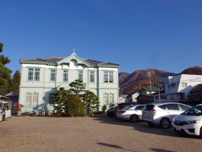 11月中旬の須坂秋色の山を背に建つ旧上高井郡役所