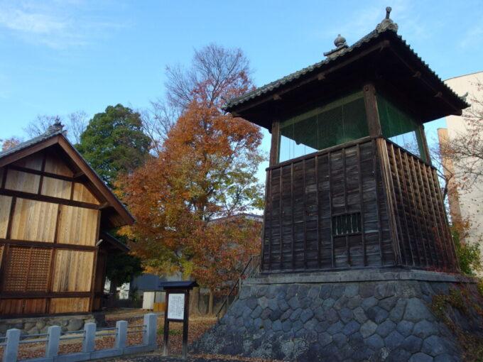 11月中旬の須坂奥田神社の横に建つ時の鐘
