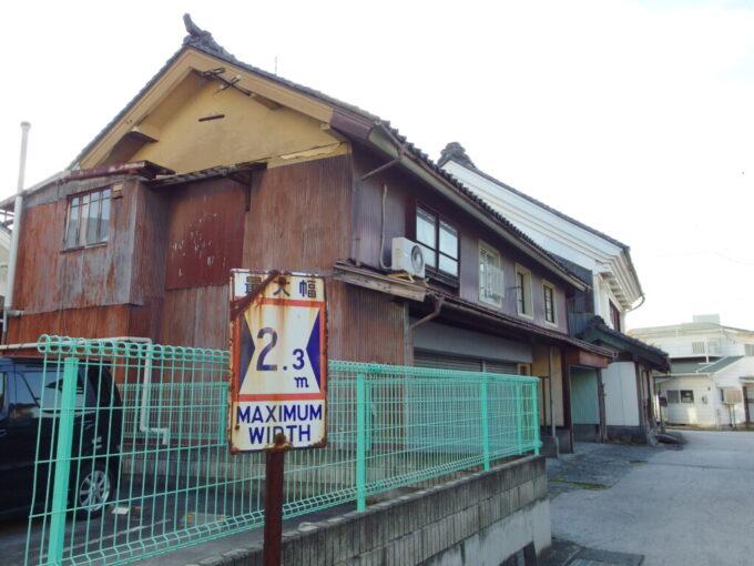 11月中旬の須坂街角に残された最大幅の古い標識