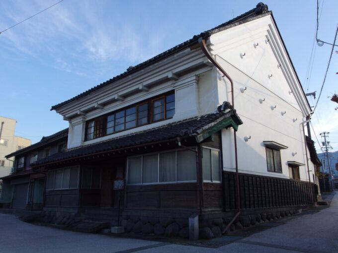 11月中旬の須坂西日を受け陰影を濃くする白い土蔵