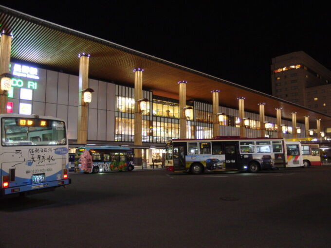 夜に輝く長野駅