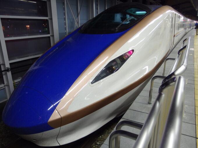 夜の長野駅に停車するE7系あさま号